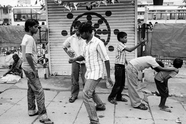 street photography, india, bangalore, rolling tires, kodak, leica, summarit