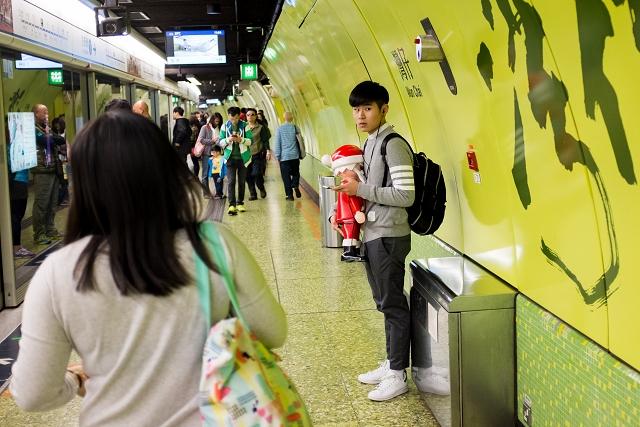 mtr, christmas, santa claus, street photography, hong kong