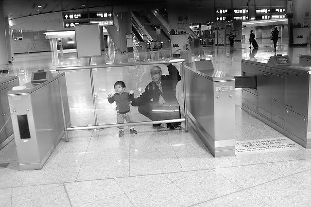 mtr, hong kong, travel, wanderlust, travel blog, street photography, black and white, fujifilm x100t