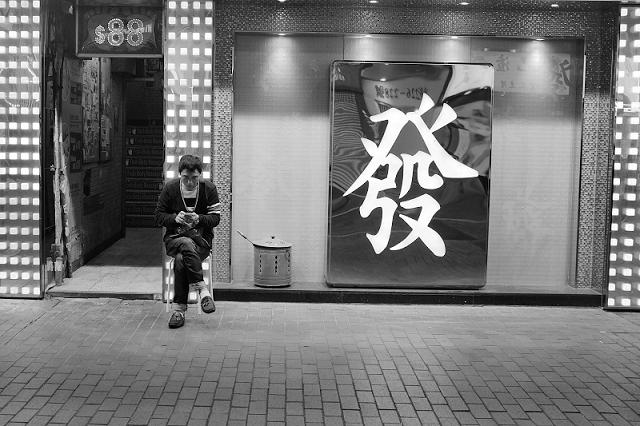 hong kong, travel, wanderlust, travel blog, street photography, black and white, fujifilm x100t, $88