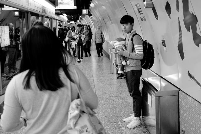 hong kong, travel, wanderlust, travel blog, street photography, black and white, fujifilm x100t, christmas, santa