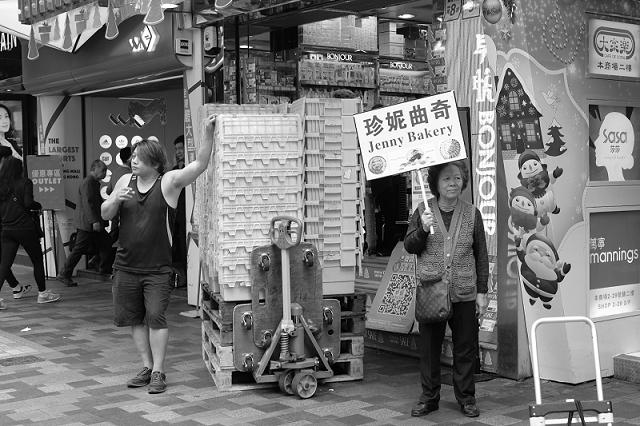 hong kong, travel, wanderlust, travel blog, street photography, black and white, fujifilm x100t, chung mansions,