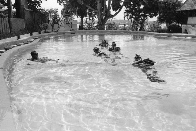 bali, scuba diving, swimming pool class, travel, travel blog, black and white, leica, film