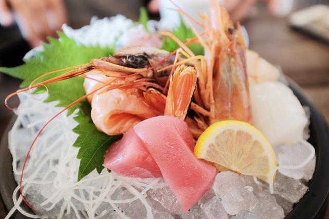 nakanoshima fish market osaka, sashimi bowl, nakanoshima fishing port, nakanoshima fish market, review of nakanoshima fish port, osaka, japan travels, japan campervan adventures, japancampers, tuna, salmon, squid, prawn,